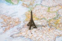 Statue des Eiffelturms auf einer Karte, Paris der meiste romantische touristische Bestimmungsort Stockfotografie