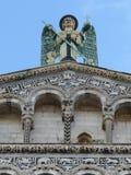 Statue des Erzengels Michael auf der Kirche von San Michele in foro, Lucca lizenzfreies stockfoto