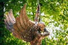 Statue des Erzengels Michael nahe rotem Katholischem Lizenzfreies Stockfoto