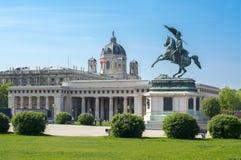 Statue des Erzherzogs Charles und Museum von Art History-Haube, Wien, Österreich lizenzfreie stockbilder