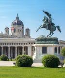 Statue des Erzherzogs Charles und Museum von Art History-Haube, Wien, Österreich lizenzfreie stockfotos