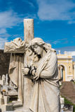 Statue des femmes étreignant une croix Image stock