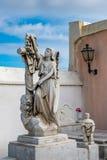 Statue des femmes drapping une croix avec un tissu Images stock