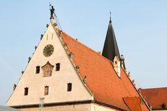 Statue des Glockenturmglöckners auf dem Dach Stockbilder