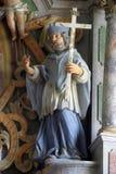 Statue des Heiligen am Altar in der Kirche von St Martin in Pisarovinska Jamnica, Kroatien Lizenzfreie Stockfotografie
