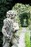 Statue des Jungen im Garten Lizenzfreie Stockfotografie