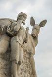Statue des Jungen, Mädchen und Rotwild an der touristischen Aussichtsplattform in Luhuitou parken Stockfotografie