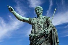 Statue des Kaisers Caesar in Rom Stockbild