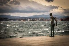 Statue des Kindes durch das Meer Stockbilder
