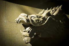 Statue des Kopfes eines asiatischen Drachen Lizenzfreies Stockfoto