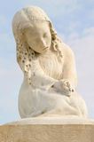 Statue des Mädchens am Friedhof Stockbilder