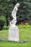 Statue des Mädchens im Park Lizenzfreie Stockbilder