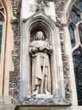 Statue des Mannes auf der Außenseite der englischen christlichen Kirche gemacht von Stockfotografie