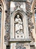 Statue des Mannes auf der Außenseite der englischen christlichen Kirche gemacht von Stockbild