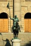 Statue des Mannes auf einem Pferd, das Flagge durch Schritte hält Stockfotos