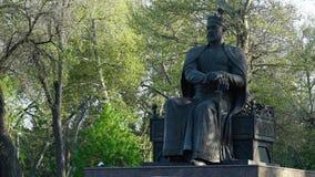 Statue des Mannes eine Krone tragend stock video footage