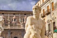 Statue des Mannes im Praetorian Brunnen in der Mitte des Marktplatzes Pretoria mit Detail der altgriechischen Mythologie, Palermo stockfoto