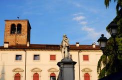 Statue des Mannes mit Bart in einem kleinen Quadrat von Vicenza in Venetien (Italien) Lizenzfreies Stockfoto