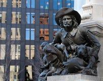 Statue des Mannes mit Gewehr und Hund Stockfotografie