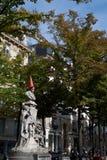 Statue des Mannes mit Verkehrskegel auf seinem Kopf in Paris Frankreich lizenzfreie stockfotos