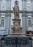 Statue des Musikers Franz Joseph Haydn vor der barocken Kirche von Mariahilf in Wien, Österreich lizenzfreie stockfotos
