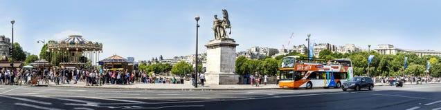 Statue des Reiters an einer Wadenetzbrücke in Paris mit Leuten und Stockfotografie