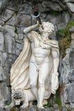 Statue des Satyrn mit einem Rohr in der Hand und einem Löwe an den Füßen in Mounta Stockfotografie