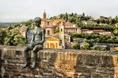 Statue des sitzenden Jungen Lizenzfreie Stockfotos