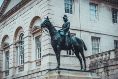 Statue des Soldaten auf Pferd nahe Gebäude Stockfotografie