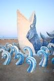 Statue des Wals durchbrechend mit Meer Stockfotos