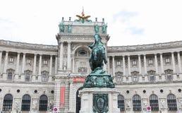 Statue devant l'aile de Burg de Neue dans le palais de Hofburg, Vienne, Aus photos libres de droits