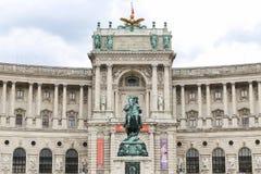 Statue devant l'aile de Burg de Neue dans le palais de Hofburg, Vienne, Autriche photographie stock