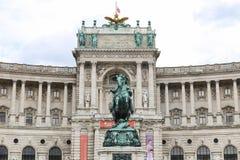 Statue devant l'aile de Burg de Neue dans le palais de Hofburg, Vienne, Autriche photo stock
