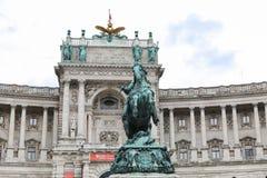 Statue devant l'aile de Burg de Neue dans le palais de Hofburg, Vienne, Autriche photo libre de droits