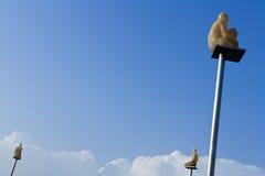 Statue di arte moderno nel cielo Immagine Stock