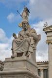 Statue di Atena e di Platone davanti all'accademia di Atene, Grecia immagini stock libere da diritti