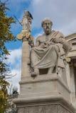 Statue di Atena e di Platone davanti all'accademia di Atene, Grecia immagine stock