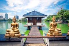Statue di Buddha davanti al tempio di Seema Malaka a Colombo Fotografia Stock