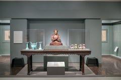 Statue di Buddha dentro il museo di arte asiatico in blu-chiaro ed in briciolo fotografia stock