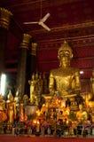 Statue di Buddha dentro il tempio in Luang Prabang Fotografia Stock
