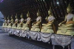 Statue di Buddha in Seema Malaka Temple, Colombo, Sri Lanka Gangarama, dorato fotografia stock