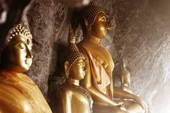 Statue di Buddha in una caverna fotografia stock libera da diritti