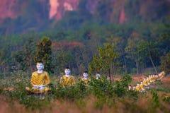 Statue di Buddhas del lotto nel giardino di Loumani Buddha Hpa-An, Myanmar ( Immagini Stock
