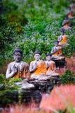 Statue di Buddhas del lotto nel giardino di Loumani Buddha Hpa-An, Myanmar ( Fotografia Stock Libera da Diritti