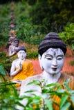 Statue di Buddhas del lotto nel giardino di Loumani Buddha Hpa-An, Myanmar ( Fotografie Stock