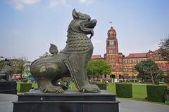 Statue di Chinthe e precedente costruzione dell'alta corte in Rangoon Myanmar Immagine Stock Libera da Diritti