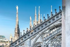 Statue di marmo - architettura sul tetto della cattedrale del duomo fotografie stock