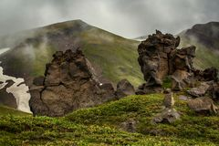 Statue di pietra nella nebbia fotografia stock