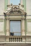 Statue di pietra sopra la finestra della casa di Cherepennikov mercantile in San Pietroburgo, Russia Fotografie Stock Libere da Diritti