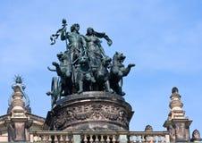 Statue Dionis et Aridna sur le ` de théâtre d'opéra de Dresde images libres de droits